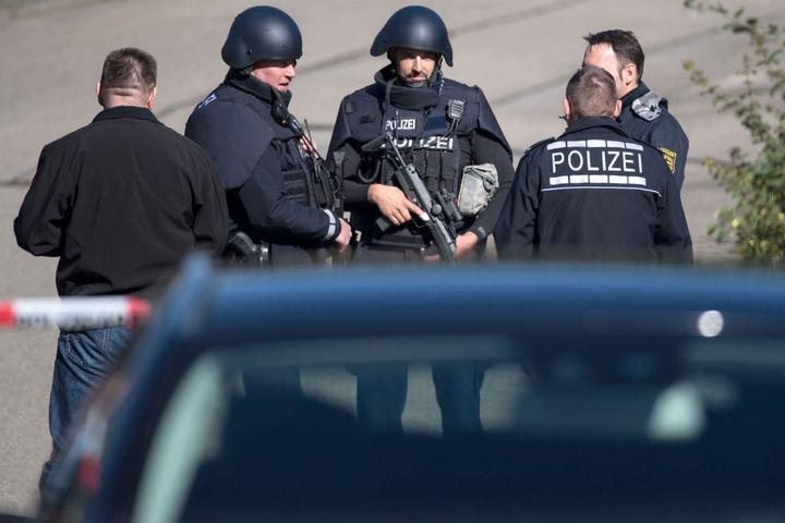 Polizeibeamte in schwerer Schutzmontur am Tat des Dreifachmords in Villingendorf. (Archivbild)