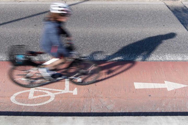 Die Frau war auf einem Radwegs unterwegs, dann wurde sie von den Männern gestoppt. (Symbolbild)