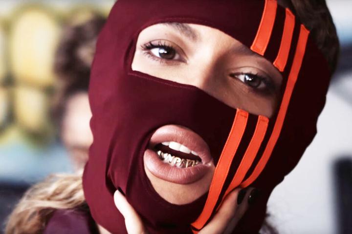 """""""Ivy Park""""-Grillz und adidas Maske ergänzen die Kollektion."""