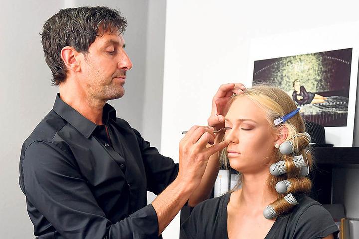 Ronald Brendler schminkt Dominika Strumilo für das Kalender-Shooting.