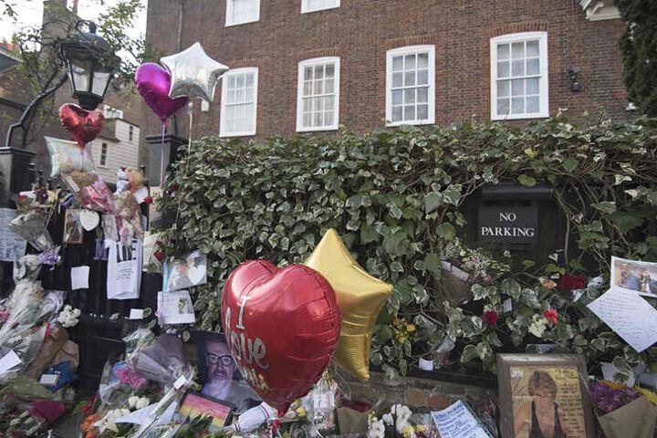 Die Fans nahmen am Haus des Sängers bereits Abschied.