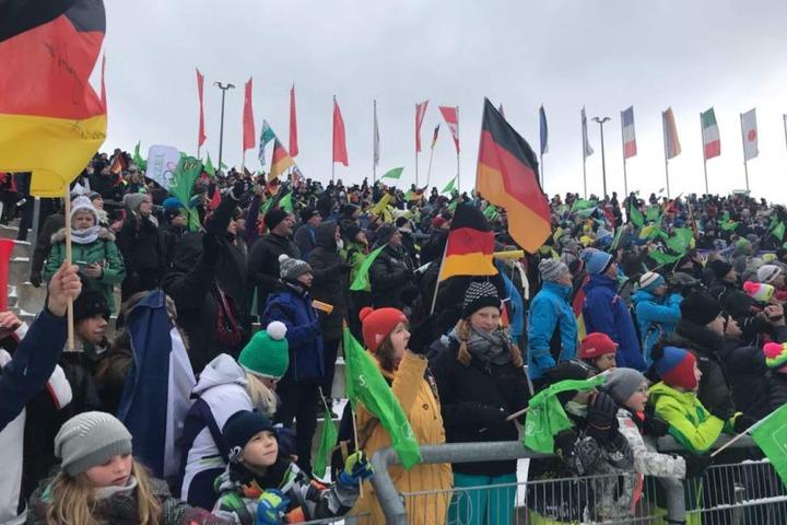 Fast 5000 Zuschauer in der Vogtland Arena und auf der Strecke machten den Weltcup zu einem Volksfest.