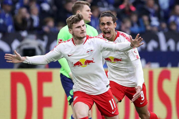 Timo Werner (l.) erzielte in der Veltins-Arena das 1:0. Gemeinsam mit Sturmpartner Yussuf Poulsen (r.) ist er mit jeweils zwölf Ligatoren Topscorer der Bullen.