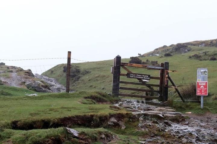 Der Hubschrauber stürzte im Snowdonia-Nationalpark in Wales ab.
