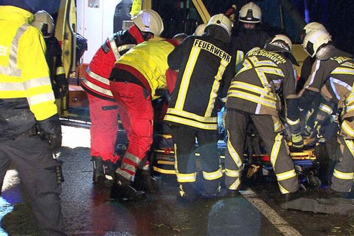 Der Mercedes-Fahrer musste schwerverletzt in ein Krankenhaus gebracht werden.