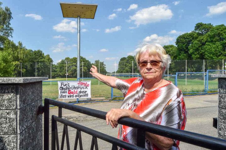 """Helga Köschel (76) wohnt direkt neben dem neuen Vogelturm. """"Ein anderer Standort wäre auch möglich gewesen"""", sagt sie."""