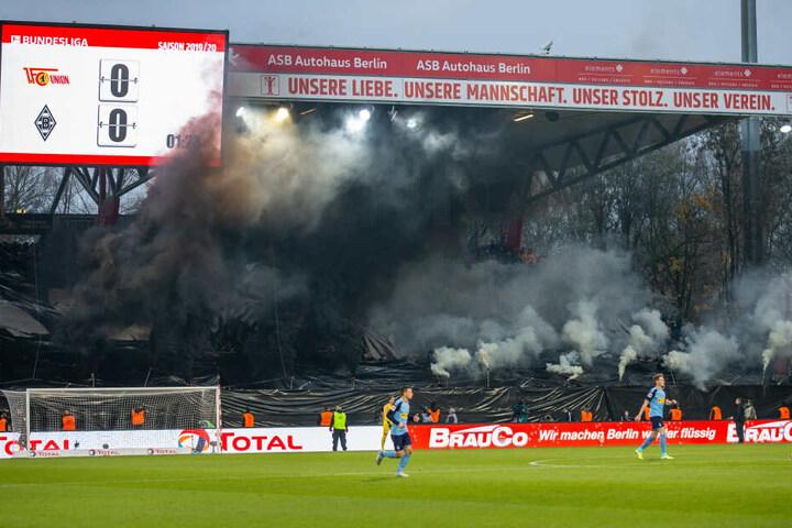 Während des Spiels zündeten Gladbach-Fans Rauchbomben im Gästeblock.