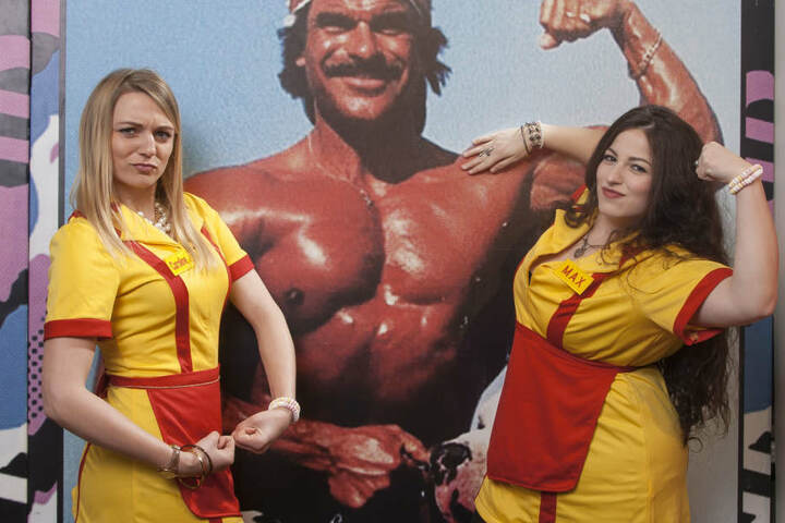"""Antje (li., 27, Erzieherin) und Adeline (re., 20, Medizinisch Technische Assistentin) als """"2 Broke Girls"""" beim Fasching im Parkhotel Dresden. """"Wir sind jedes Jahr hier im gleichen Kostüm, weil uns die gleiche Freundschaft verbindet, wie die beiden Mädchen"""