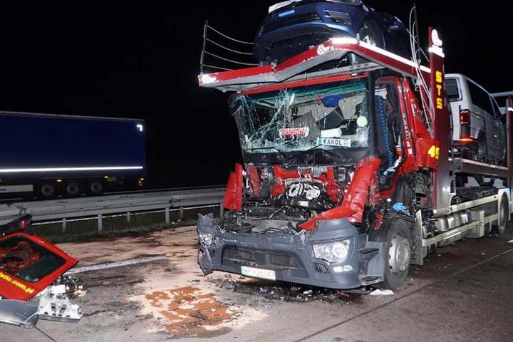 Die auf dem Transporter geladenen Neuwagen wurden zum Großteil ebenfalls beschädigt.