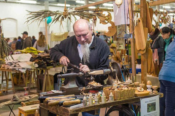 Vom Eierbecher bis zur Kräuterspindel: Zimmerermeister Christof Reichelt (55) aus Nieder Seifersdorf bei Niesky drechselt dekorativen Holzschmuck.