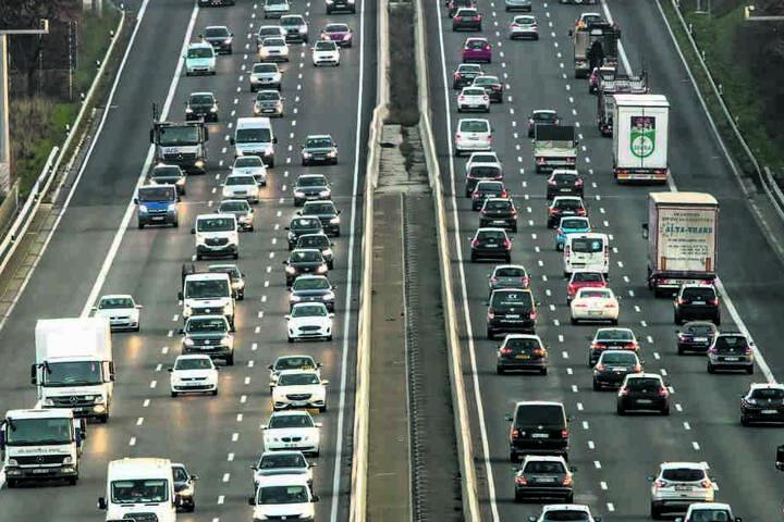 Vor den Feiertagen nimmt der Fernverkehr auf den Autobahnen merklich zu. Dann fahren die Menschen quer durchs Land, um ihre Lieben zu besuchen.