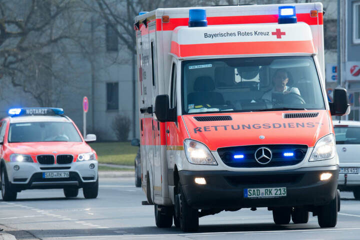 Der Rettungsdienst hat sich um zwei Verletzte gekümmert, die nach einem Shisha-Bar-Besuch eine Kohlenmonoxid-Vergiftung hatten (Symbolbild).