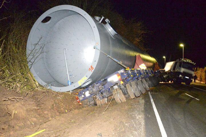 Der tonnenschwere Wassertank rutschte samt Anhänger in den Graben.