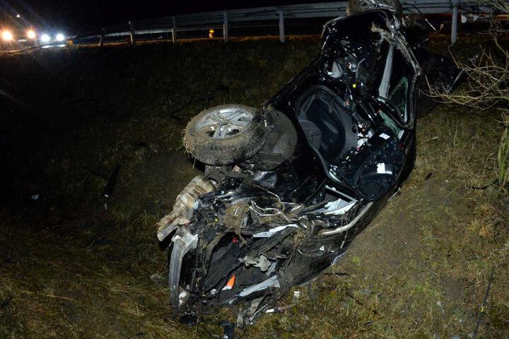 Auf dem Dach blieb das Auto in einem Graben völlig zerstört liegen.