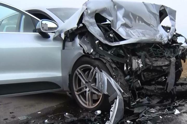 Der 80-jährige Fahrer des Porsches war bereits beim Eintreffen der Rettungskräfte tot.
