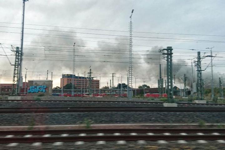 Immer noch liegt über Teilen der Stadt starker Brandgeruch.