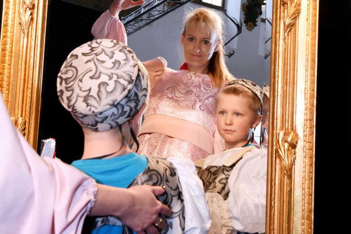 Gut angenommen wurde die Kostümecke im großen Steinsaal: Doreen Möbius (41)  aus Gräfenhainichen (Sachsen-Anhalt) hilft ihrem Sohn Elias (6) ins Kostüm.