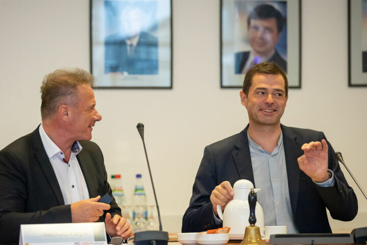 Mike Mohring (re.) vor Beginn der Sitzung, gemeinsam mit Michael Heym.