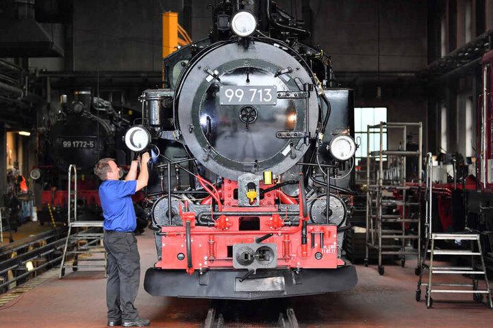 Werkstattleiter Andre Dörfelt ist mit letzten Handgriffen an der historischen Lok beschäftigt.