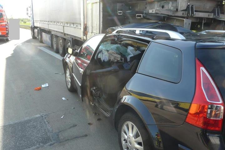 Weil sein Auto unter dem Lkw steckte, musste der Fahrer aus dem Wagen geschnitten werden.