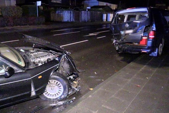 Der Volkswagen erlitt ebenfalls einen heftigen Schaden.