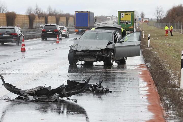 Der BMW kollidierte mit einer Leitplanke und danach dem Lkw.