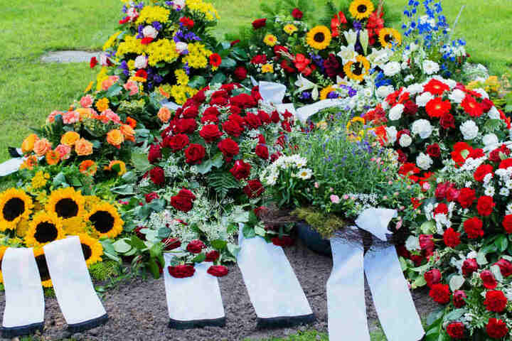 Sie habe ihren Mann nicht auf dem Friedhof bestatten dürfen, weil ein anderes Unternehmen das Monopol bei Bestattungen habe. (Symbolbild)