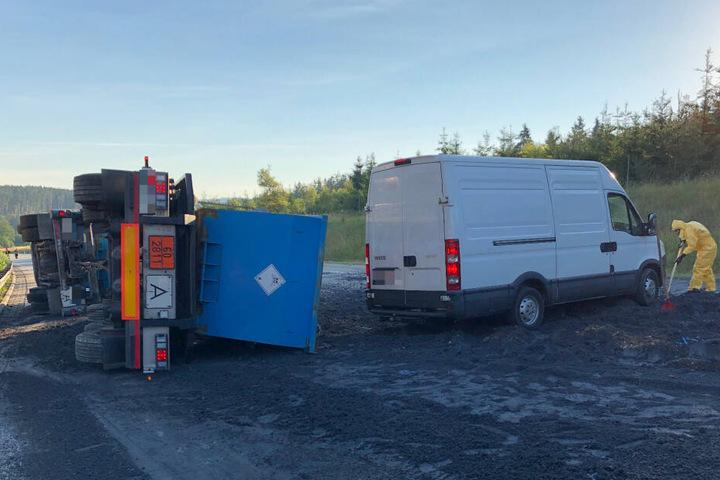 Ein Transporter hatte durch den Unfall fahren wollen, steckt nun fest.