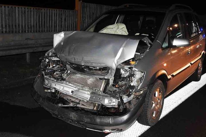 Zwei nachfolgende Autofahrer konnten nicht rechtzeitig bremsen und krachten ebenfalls in den Golf.