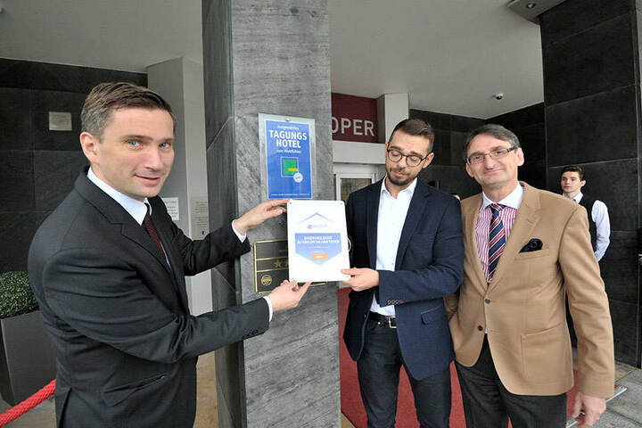 Martin Dulig (42), Hoteldirektor Eric Stahnke (34) und Dehoga-Präsident Axel Hüpkes (55, F.v.l).