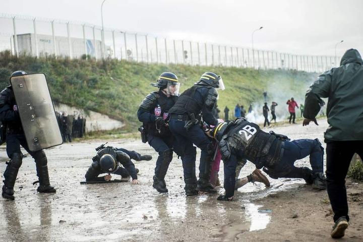 Die Polizisten wurden mit Steinen angegriffen, drei wurden verletzt.