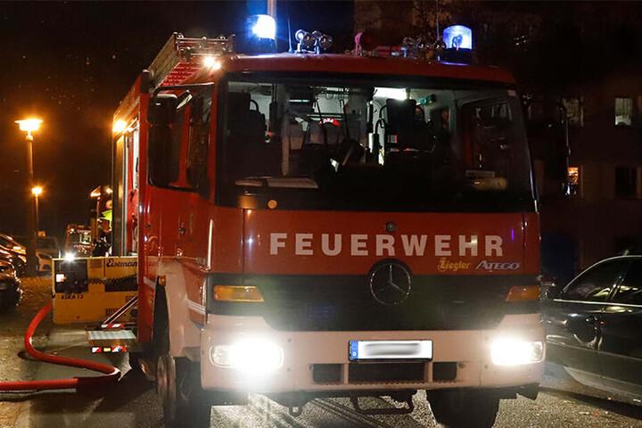 Die Feuerwehr konnte ein Übergreifen der Flammen auf andere Gebäude verhindern. (Symbolbild)