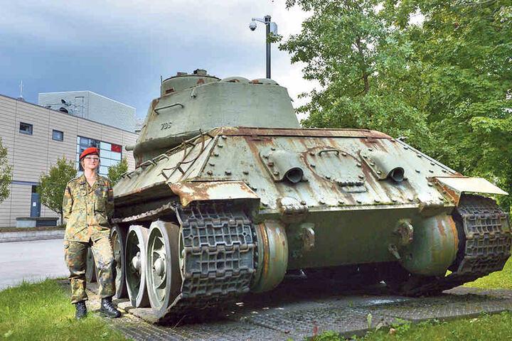 Hauptmann Cindy Geißler (27) am Löbauer T34-Panzer, der jetzt im Militärhistorischen Museum in Dresden wiederentdeckt wurde.