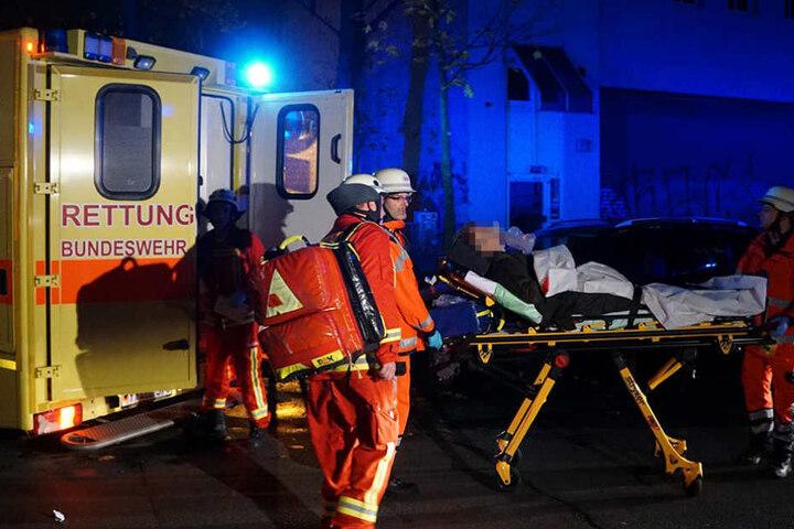 Acht Personen wurden durch den Brand im Mehrfamilienhaus verletzt. Sie wurden mit Rauchvergiftungen ins Krankenhaus gebracht.