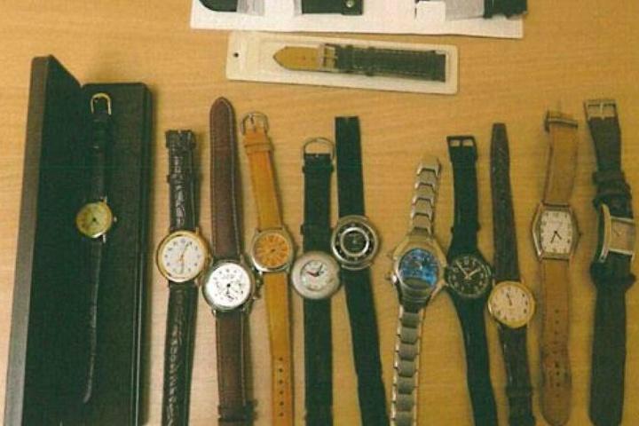 ... weitere Uhren ...