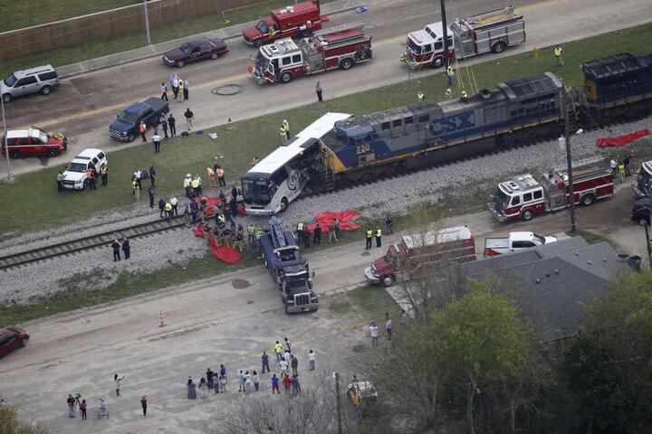 Ein Güterzug stieß dabei mit einem liegengebliebenen Bus zusammen.