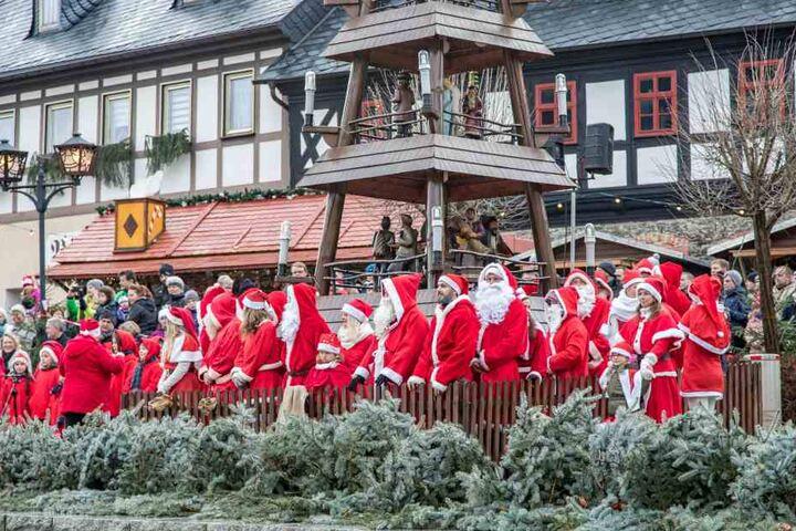 Die Weihnachtsmänner versammelten sich auf dem Markt rund um die Pyramide.