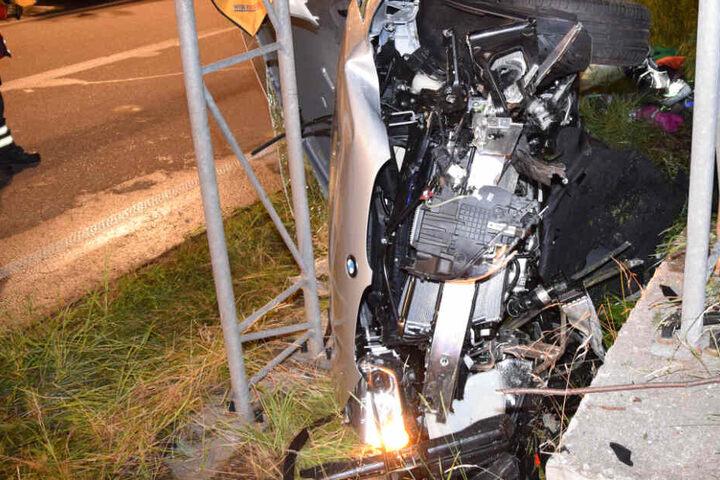 Der BMW verkeilte sich zwischen den Stahlträgern eines Verkehrsschildes und wurde stark beschädigt.