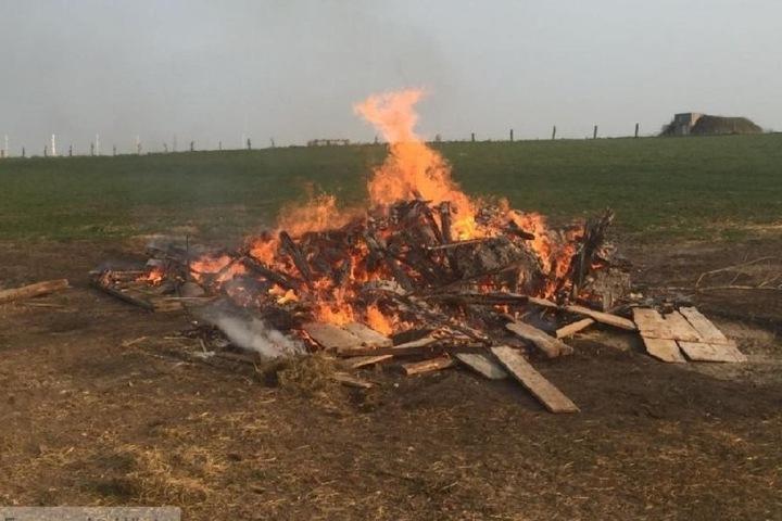 Der Übeltäter: Wegen Rauch von diesem angemeldeten Gartenfeuer wurde die Feuerwehr alarmiert.
