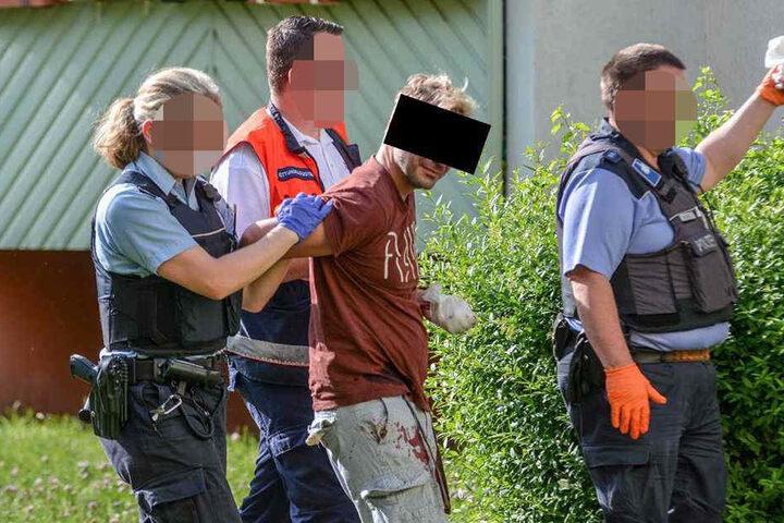 Der 32-Jährige Mann wieder nach der Bluttat abgeführt.