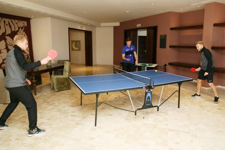 Sportlich auch in der Freizeit! Angabe von Sören Bertram im Tischtennis-Match gegen Pascal Köpke. Im Hintergrund Dennis Kempe.