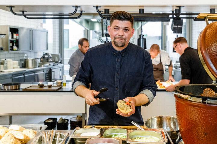 Als Koch steht Tim Mälzer in der Küche.