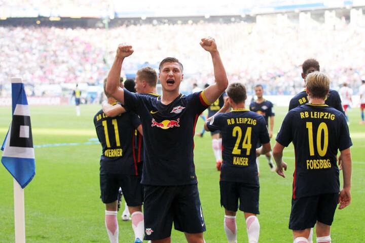 Willy Orban bejubelt seine Vorlage zum zwischenzeitlichen 2:0 beim Hamburger Sportverein. Die Partie endete 4:0 aus Sicht der Leipziger.