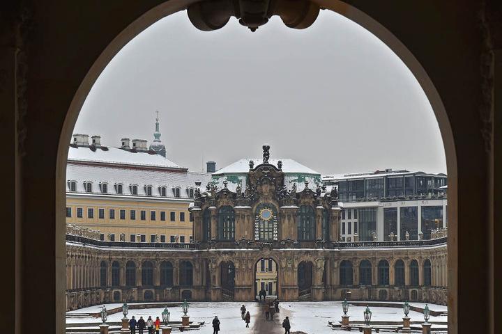 Blick aus dem neusanierten Wallpavillon in Richtung Glockenspiel.