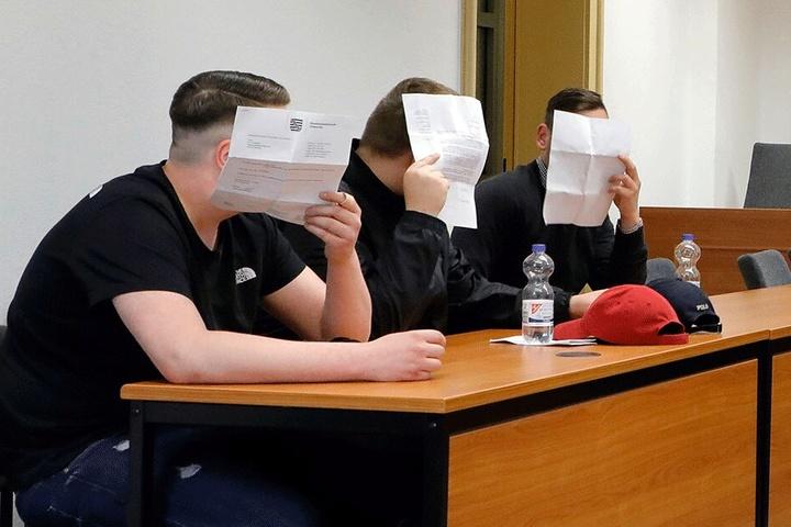 Im Berufungsprozess am Chemnitzer Landgericht mussten sich Eric T. (19, v.l.), Marcel G. (21) und Max P. (24) wegen Verwendens von Kennzeichen verfassungswidriger Organisationen verantworten.