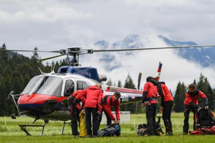 Abflug im Nebel: Mit diesem Rettungshubschrauber wurde der 71-jährige Sachse ins Innsbrucker Spital geflogen.