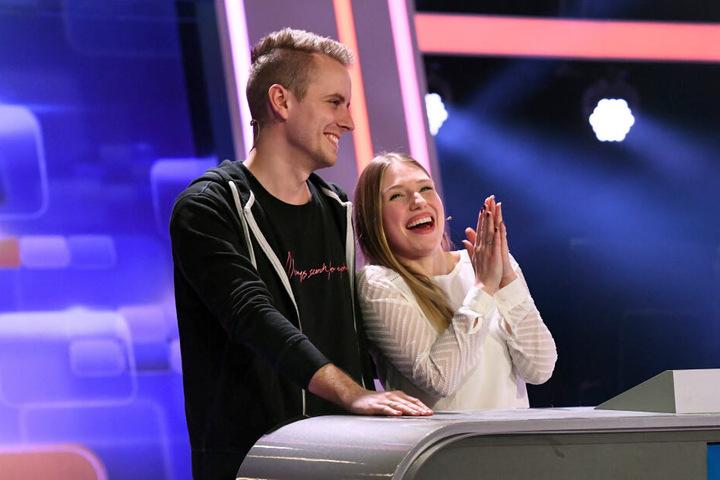 Julian und Bibi freuen sich über den Gewinn von 10.000 Euro.