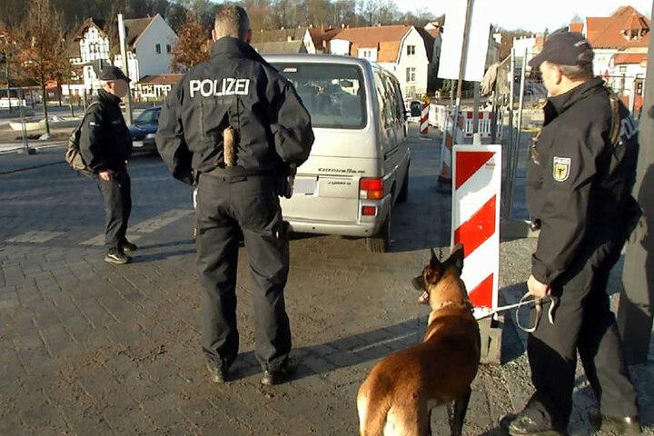 Die Bundespolizei mit Spürhunden auf Böllersuche.