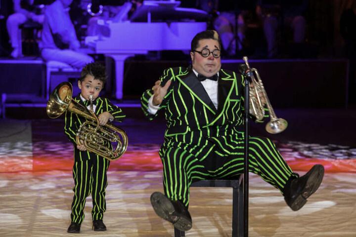 Charlie (heute 8, li.) trat schon mit vier Jahren mit seinem Vater, Clown Totti, in der Manege auf. Das Duo wurde von Anfang an gefeiert.