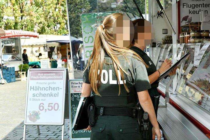 Am gestrigen Dienstag besuchten die Zöllner auch die Händler auf dem Wochenmarkt am Schillerplatz in Blasewitz.